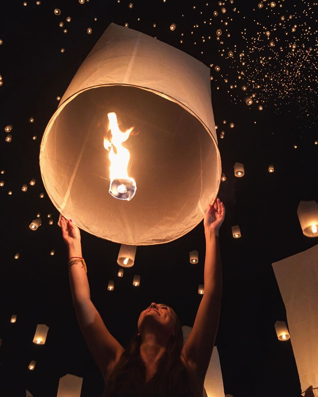Meisje laat haar brandene wensballon los tijdens het Yee Peng Festival 20199