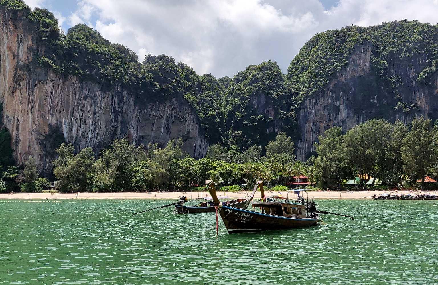 Longtailboot in de zee bij Krabi Railay West