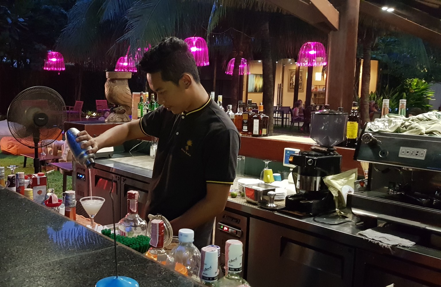De barman die een cocktail maakt in de bar van het Avatar Railay Resort in Krabi Railay Beach