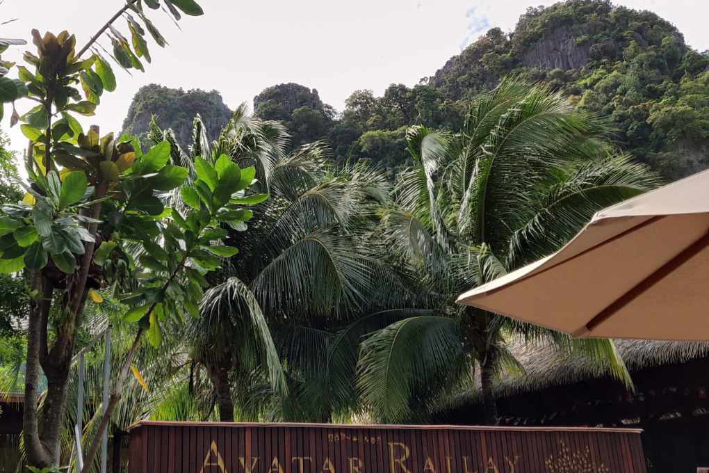 Avatar Railay Resort met op de achtergrond de Avatar-achitge bergen