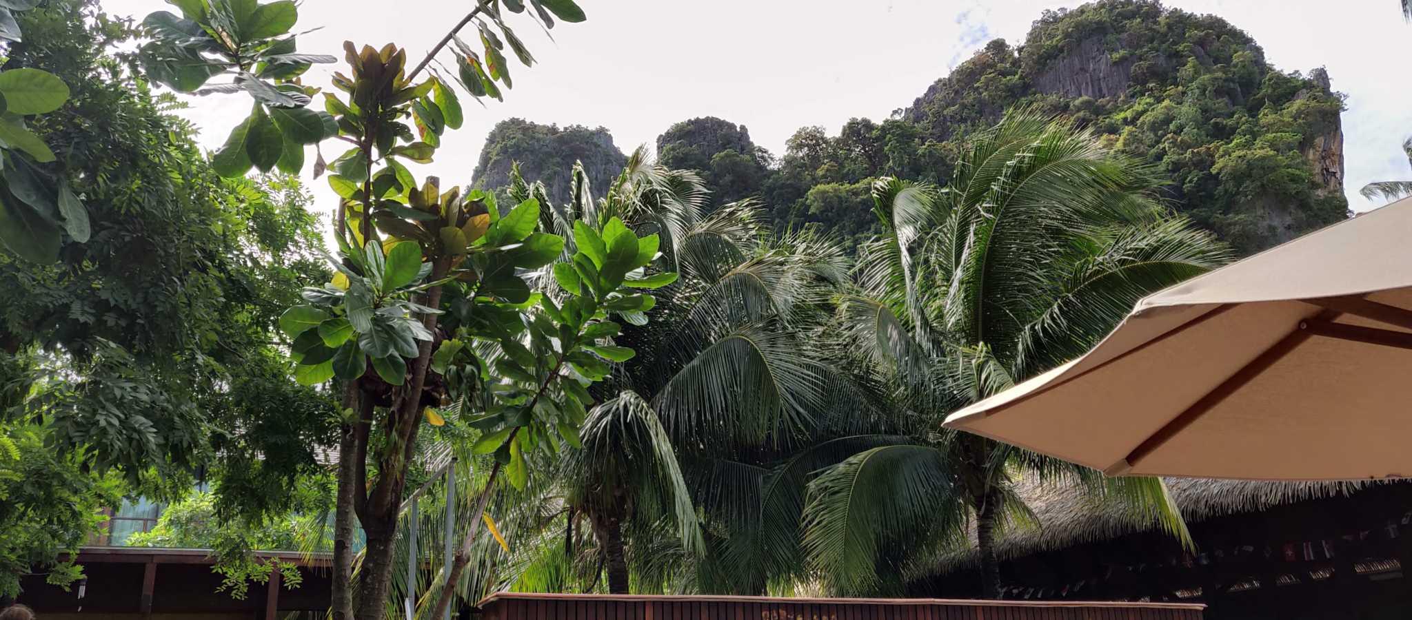 Het uitzicht vanaf de voorkant van het Avatar Railay Resort