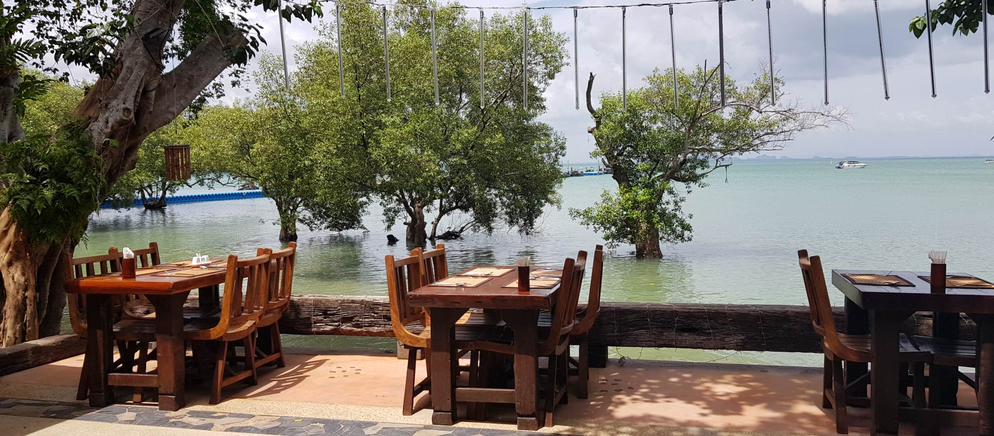 Tropical Sunrise Restaurant met uitzicht op de zee van Railay West