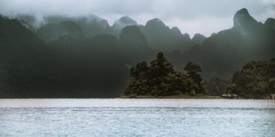 Op De Achtegrond Wolken Boven Het Gebergte Van Khao Sok En Cheow Lan Lake Met Regen Op De Voorgrond