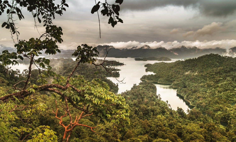 Het Cheow Lan Lake viewpoint met een regenbui op de achtergrond