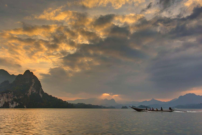 Zondsondergang op het Cheow Lan Lake