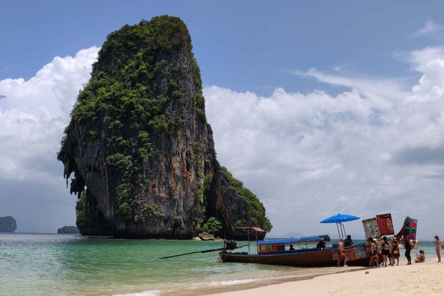 De snackboot op ao phra nang beach, railay