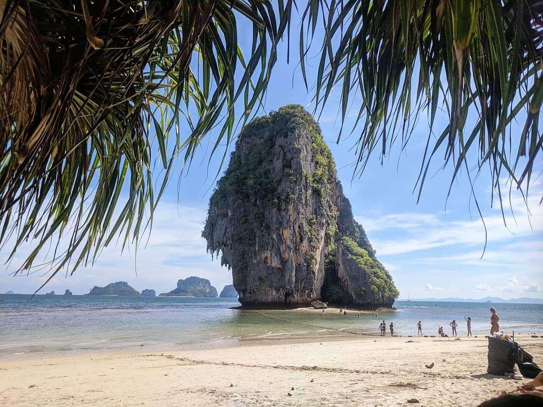 Phra Nang Beach met rots