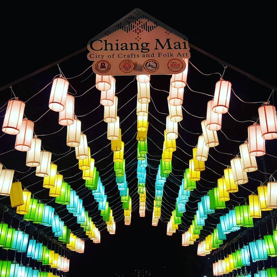Gekleurde hangende lantaarns tijdens het Yee Peng Festival 2019 in Chiang Mai