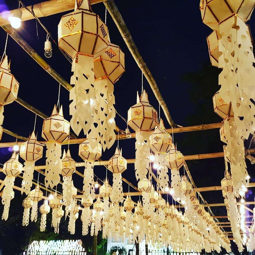 Witte lantaarns hangende aan stokken tijdens het Yee Peng Festival 2019
