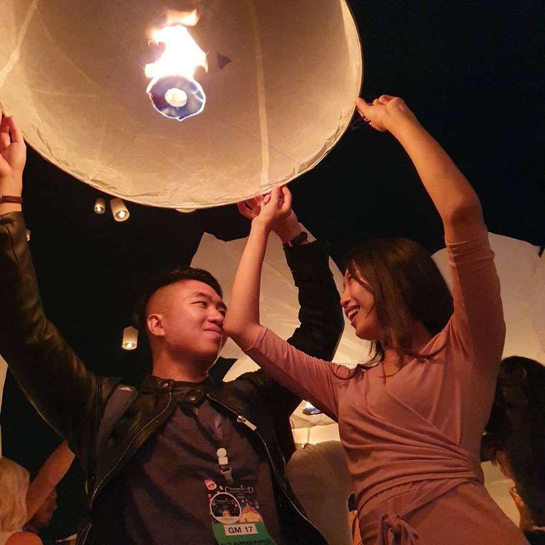 Gelukkig stel tijdens met een brandende lampion in hun hand tijdens het Yee Peng Festival 2019