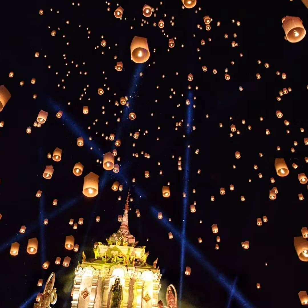Een tempel met daaroven honderden brandende wensballlonnen tijdens het Yee Peng Festival 2019