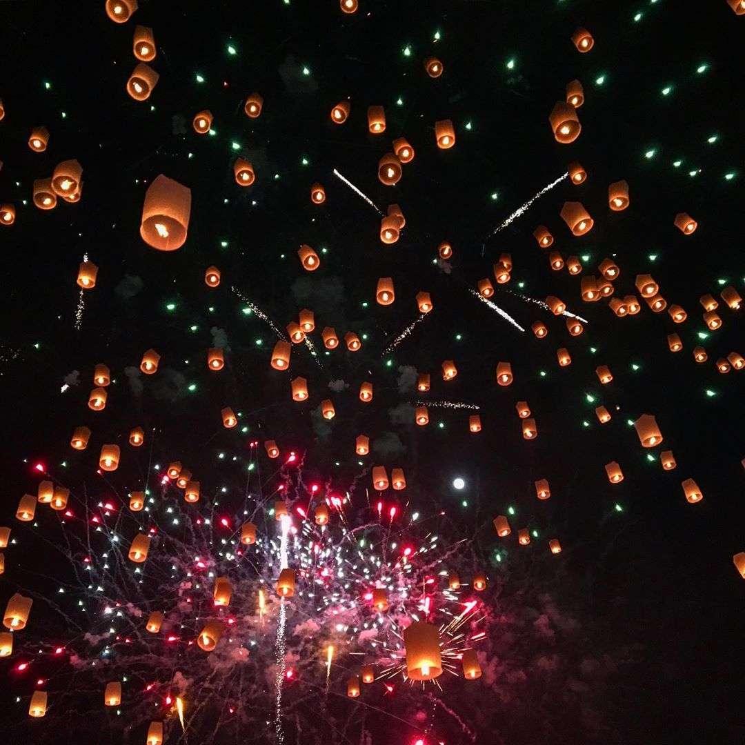 Duizenden brandende wensballonnen en vuurwerk tijdens het Yee Peng Festival 2019