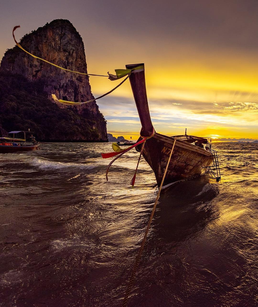 Longtailboat op Phra Nang Beach tijdens de zonsondergang