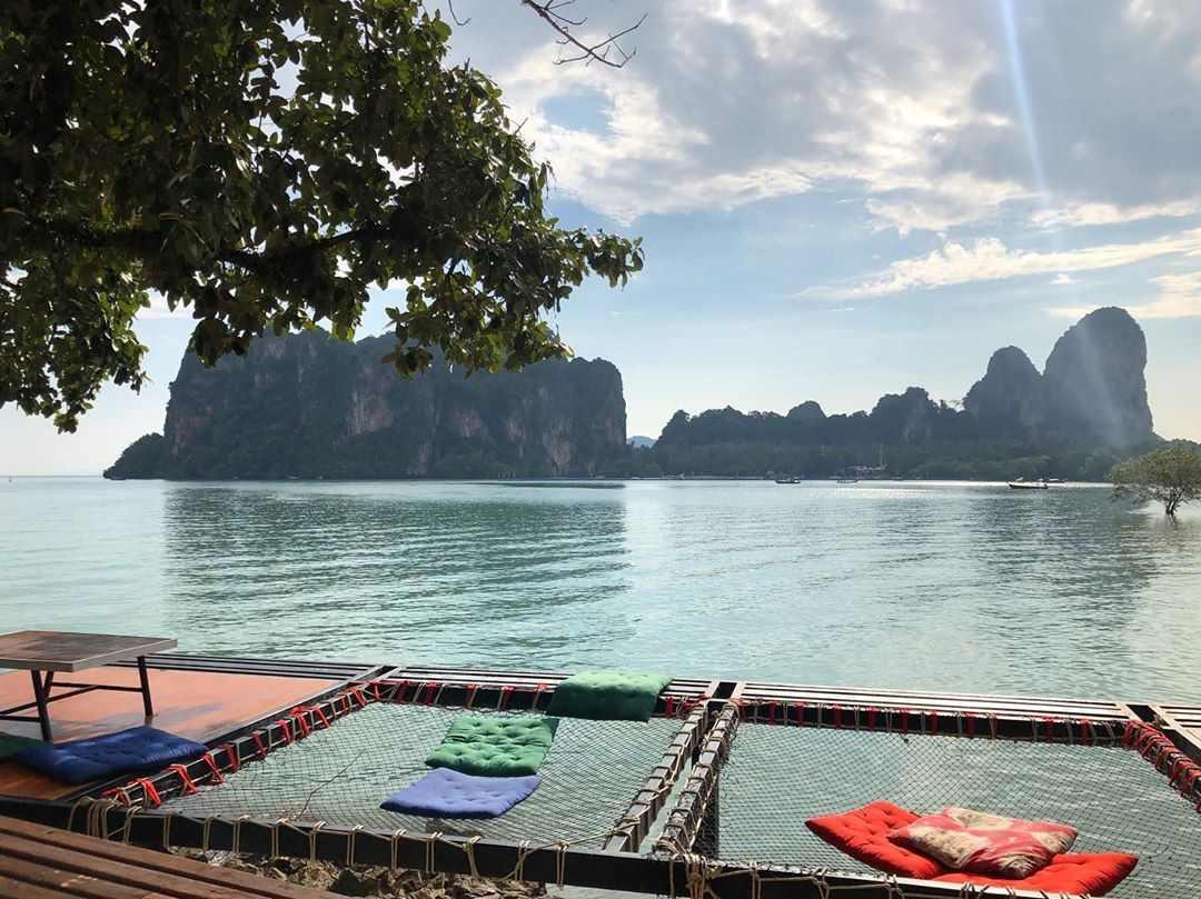 Hangmatten bij Tew Lay Bar met uitzicht op de baai van Railay East