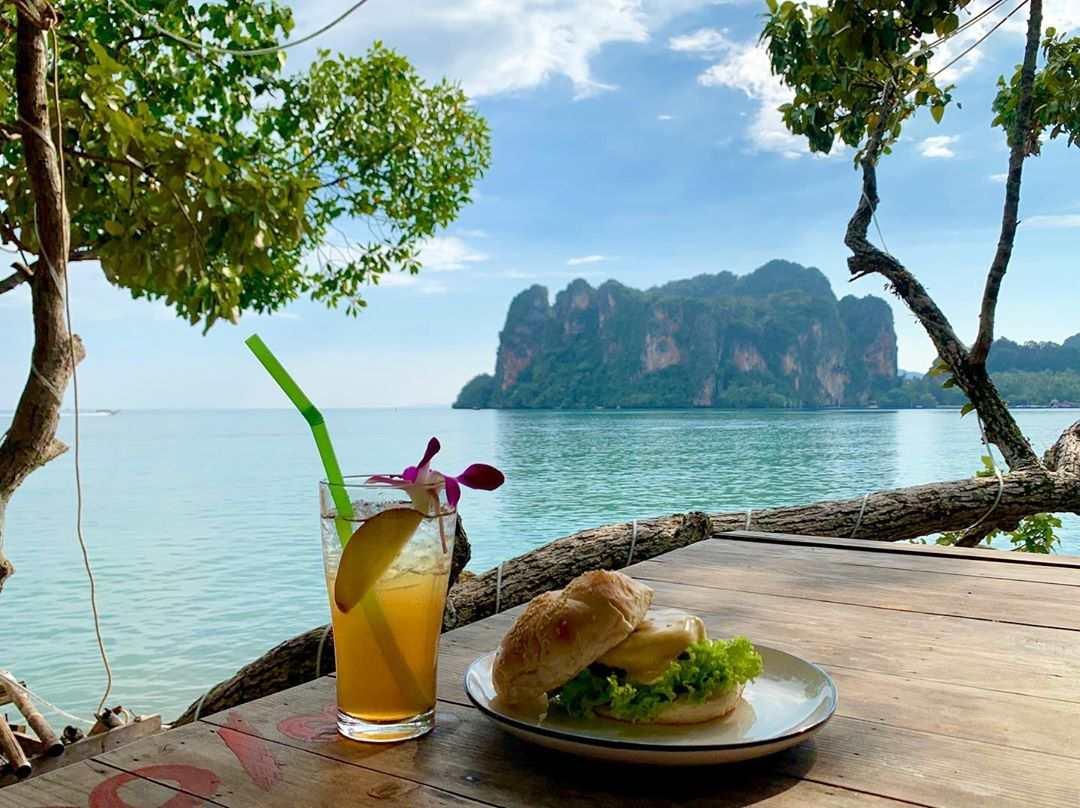 Burger en drankje bij Tew Lay Bar met uitzicht op de baai van Railay East