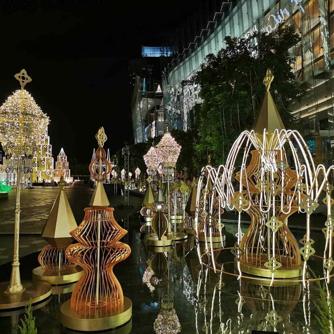 Gekleurde gouden lichtfonteinen bij ICONSIAM