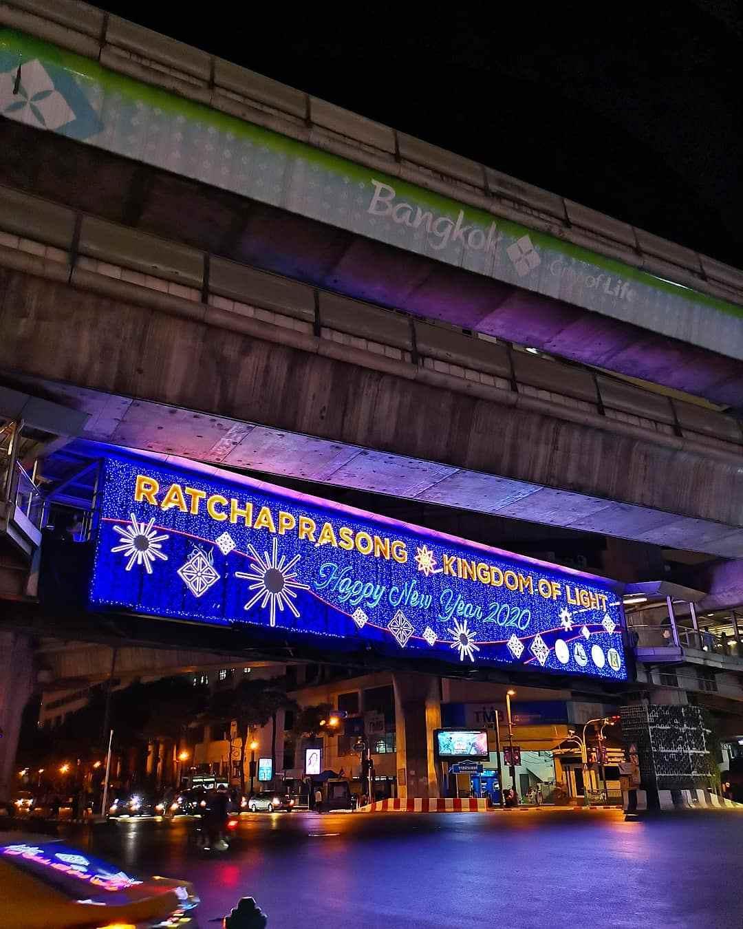 Bord met kerstgroet op Siam Square in Bangkok