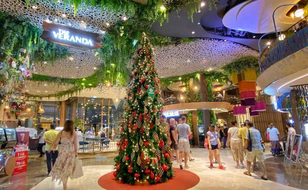 Een mooie kerstboom binnen bij ICONSIAM in Bangkok