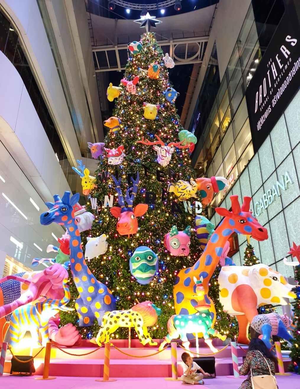 Kerstboom met allemaal gekleurde gekke dierenkoppen erin