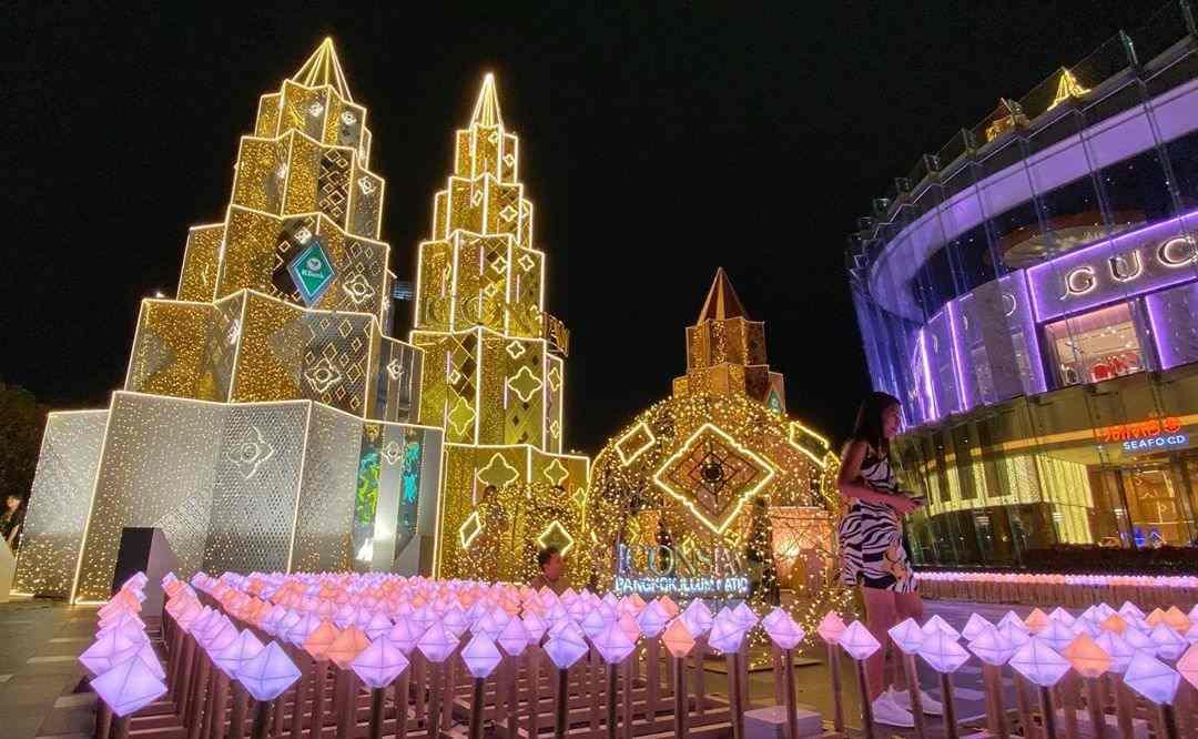 Kerstmis bij ICONSIAM met drie grote torens die op een kerstboom moeten lijken