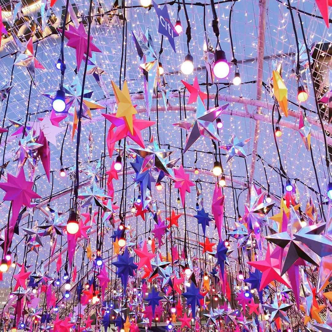 Een boog met honderden gekleurde sterren bij Emporium EmQuarter in Bangkok