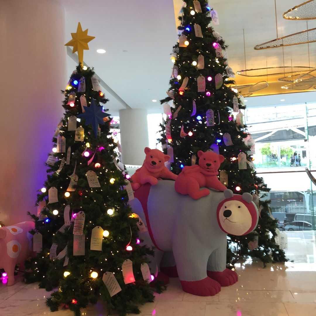Een kerst ijsbeer bij twee kerstbomen