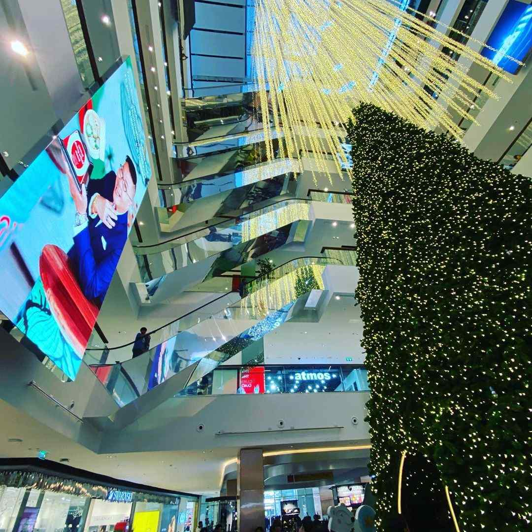 Een grote kerstboom binnen in een shopping mall van Bangkok