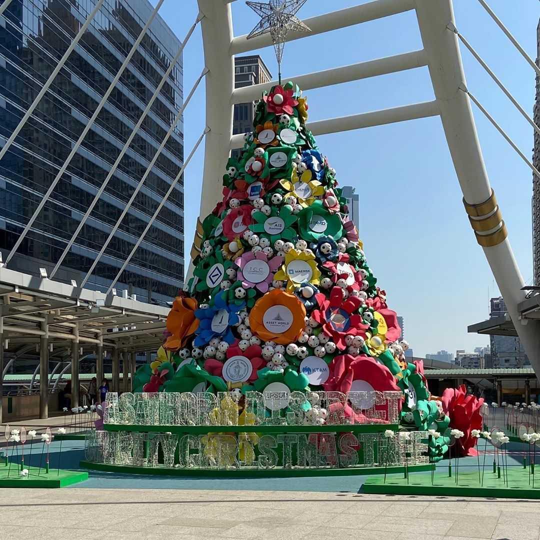 Kerstboom van grote nepbloemen