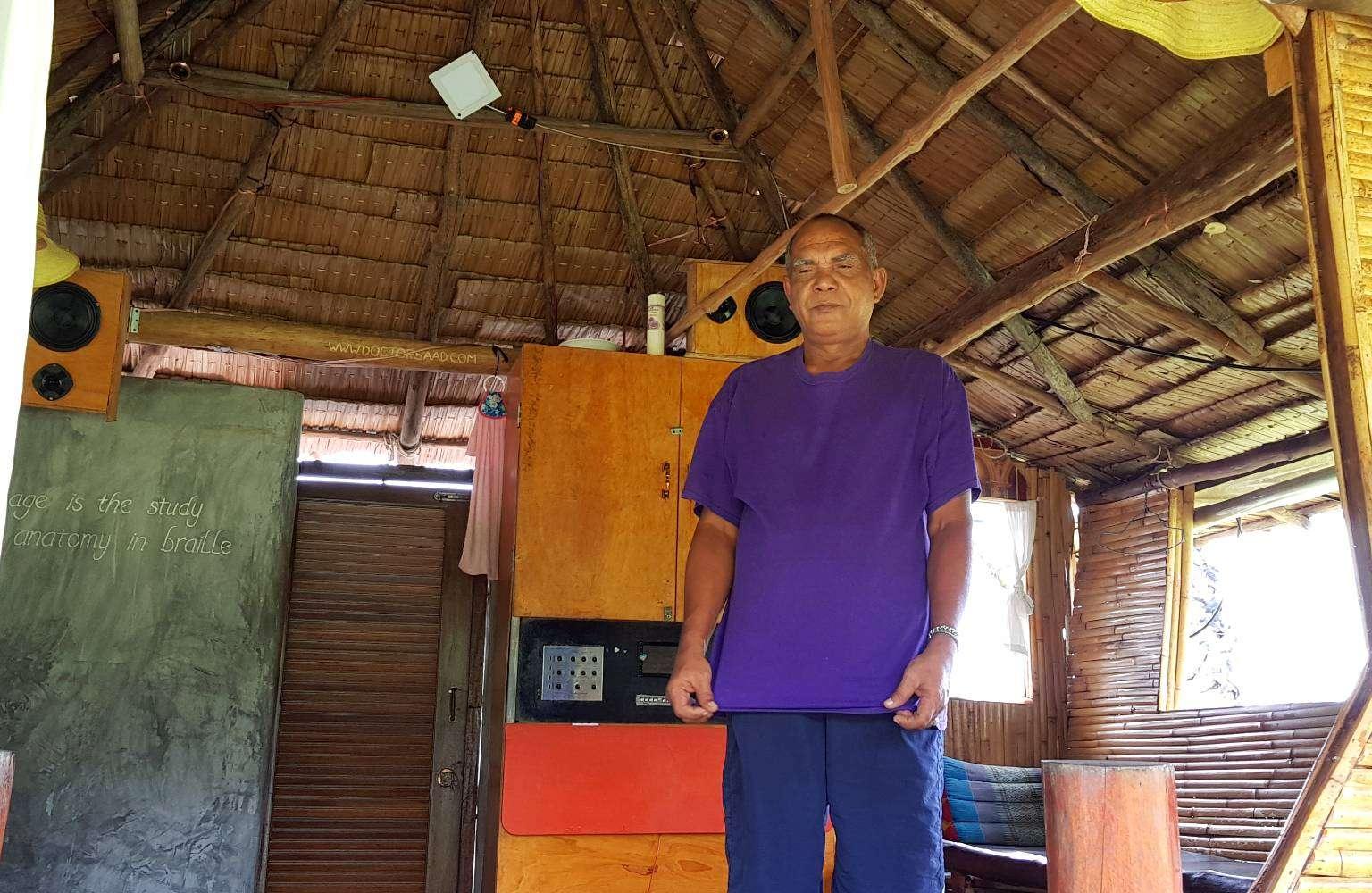 Dr. Saad medical masseur in de opening van zijn bungalow in Koh Yao Yai