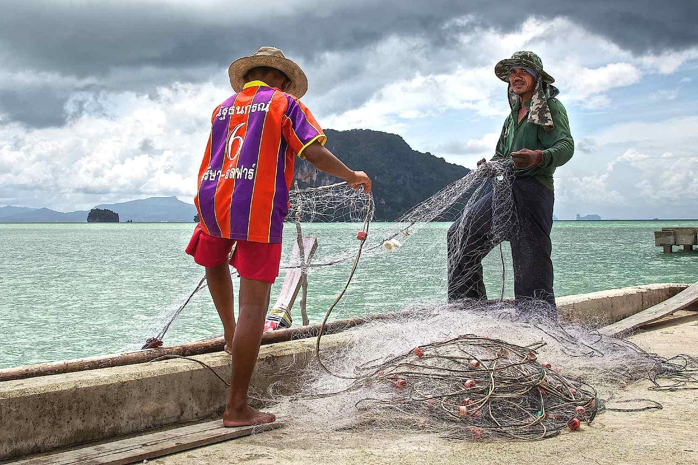 Koh Yao Yai,vissers met netten op de pier