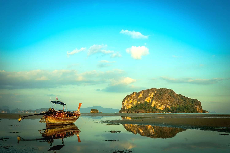 Koh Yao Yai, longtail boot op drooggevallen strand