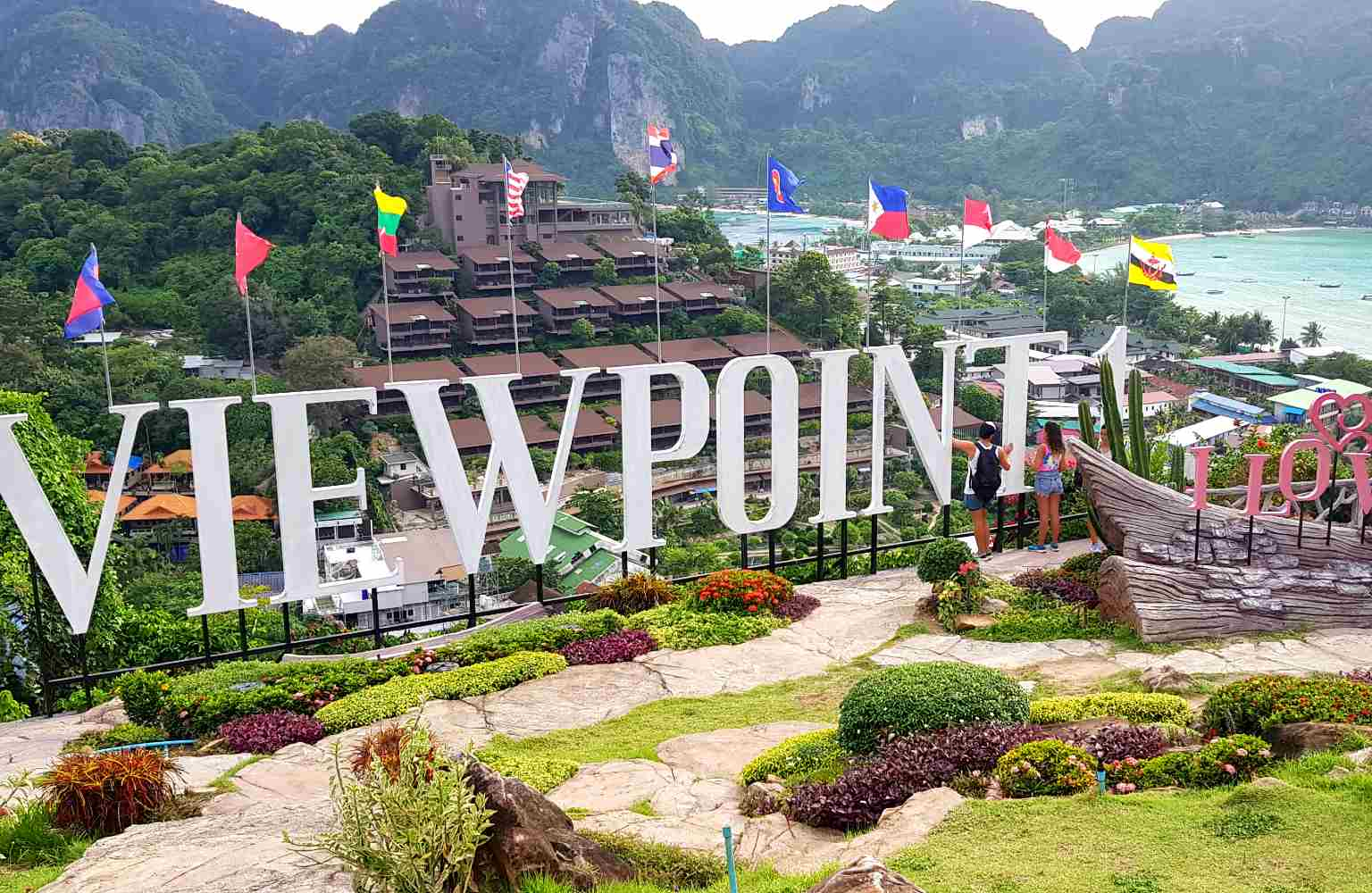 Letters viewpoint 1 en uitzicht over Phi Phi island