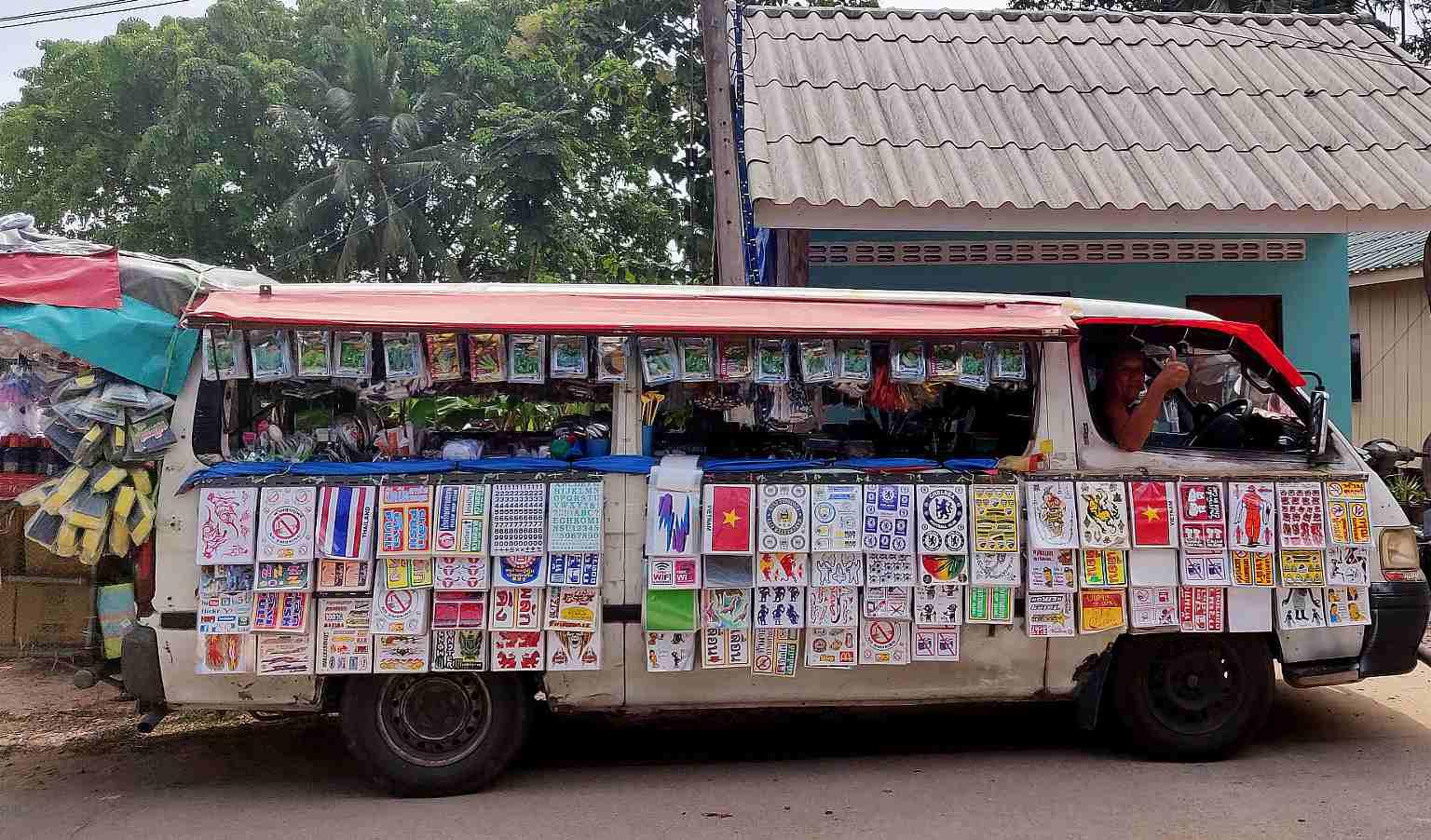 Koh Yao Yai, volgeladen tien Bath Bus met allerlei prullaria te koop