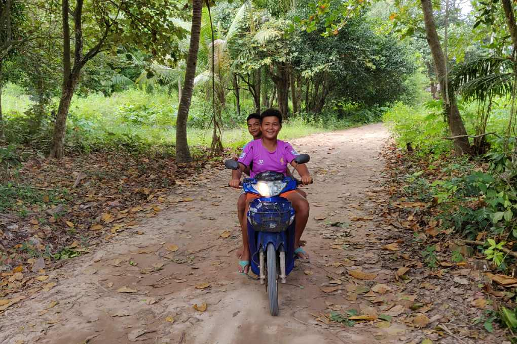 Kinderen rijden op scooter, koh Yao Yai