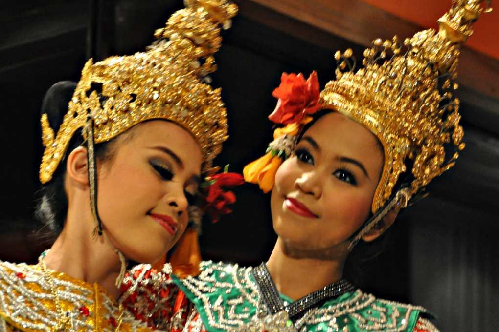 Thaise danseressen in traditionele kleding