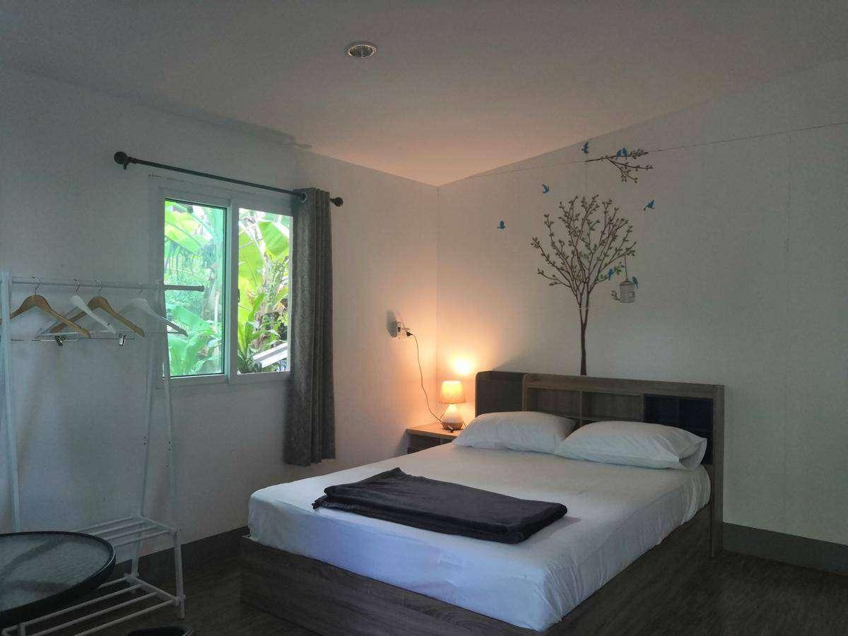 Een tweepersoonsslaapkamer van het Backpack Hostel Koh Yao Yai