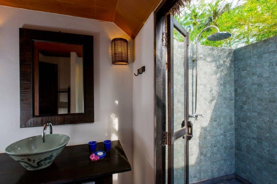 The bathroom with outdoor shower of the superior villa of GLOW Elixir