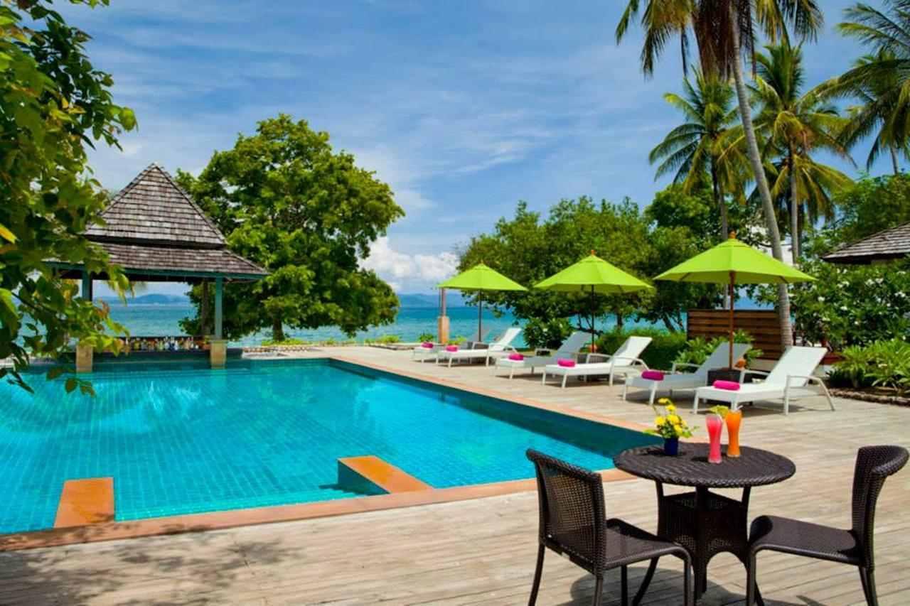 Het zwembad van het GLOW Elixir Resort