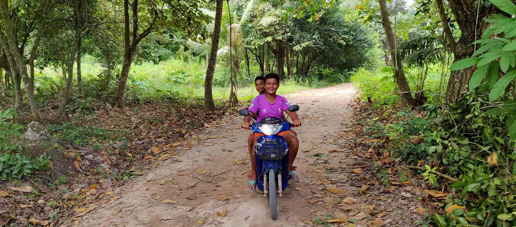Koh Yao yai, kinderen rijden op scooter