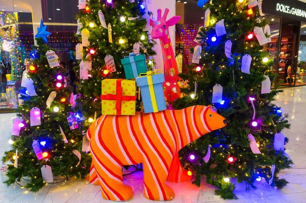 Gekleurde gekke neon ijsbeer en rare giraffe Kerst in Bangkok 2019