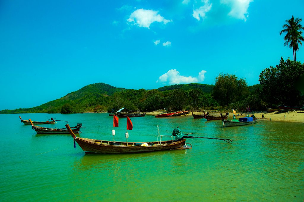 Het eiland Koh Yao Yai met longtailbootjes ervoor