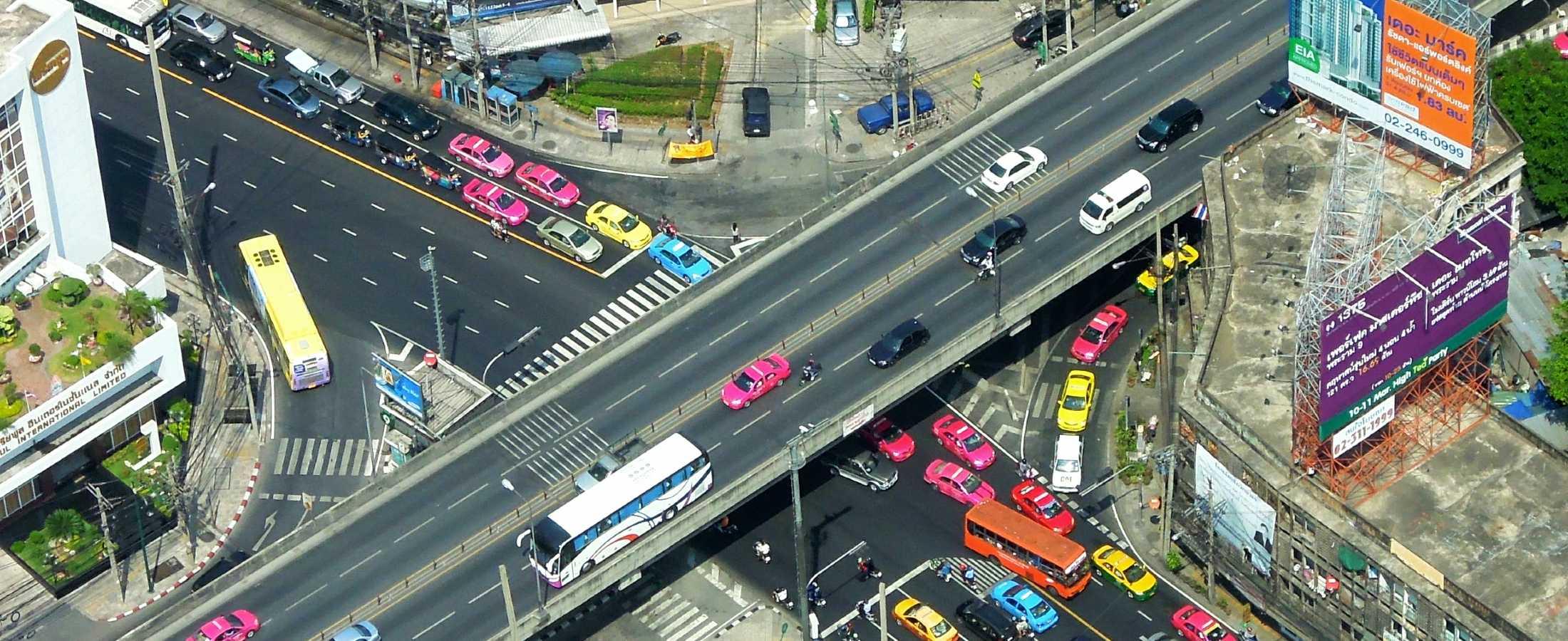 Drukke wegen met onder andere taxi's in Bangkok
