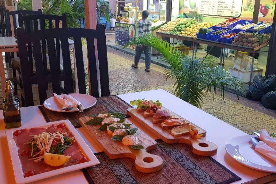 Voorgerechten (bruschetta / mozzarella tomaat en carpaccio) bij Italiano Bar & Restaurant op Koh Phi Phi