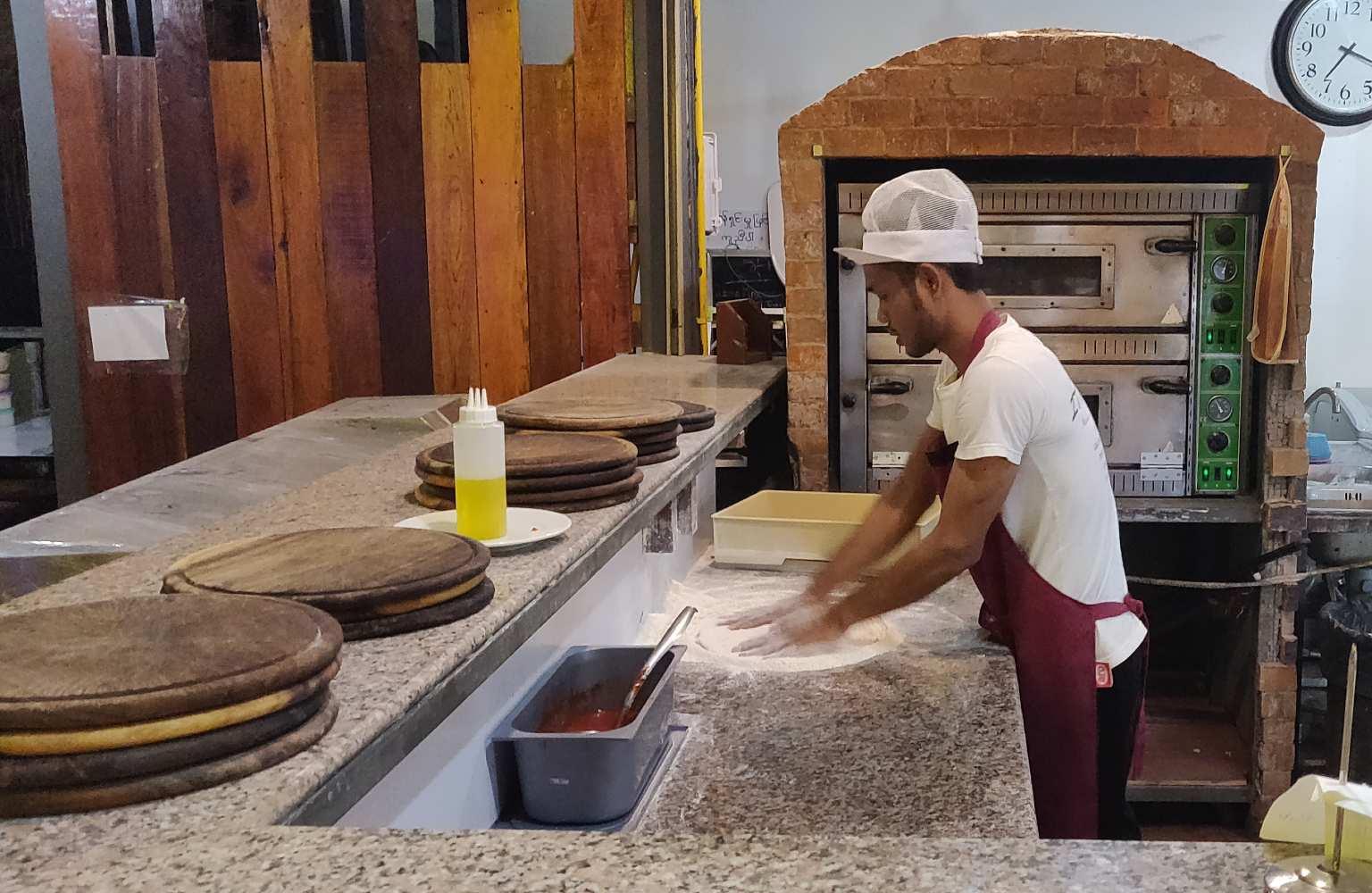 Pizzabakker bij Italiano Bar & Restaurant op Koh Phi Phi
