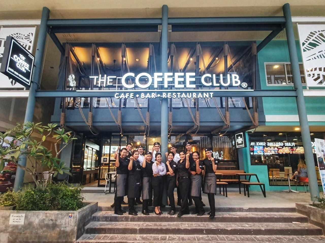 Het team van The Coffee Club Koh Phi Phi voor de deur
