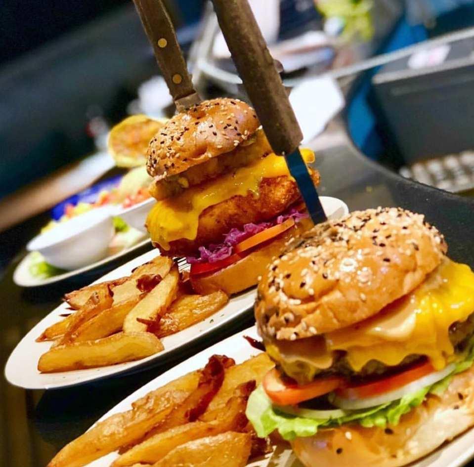 Cheeseburgers bij Unni's Restaurant op Koh Phi Phi