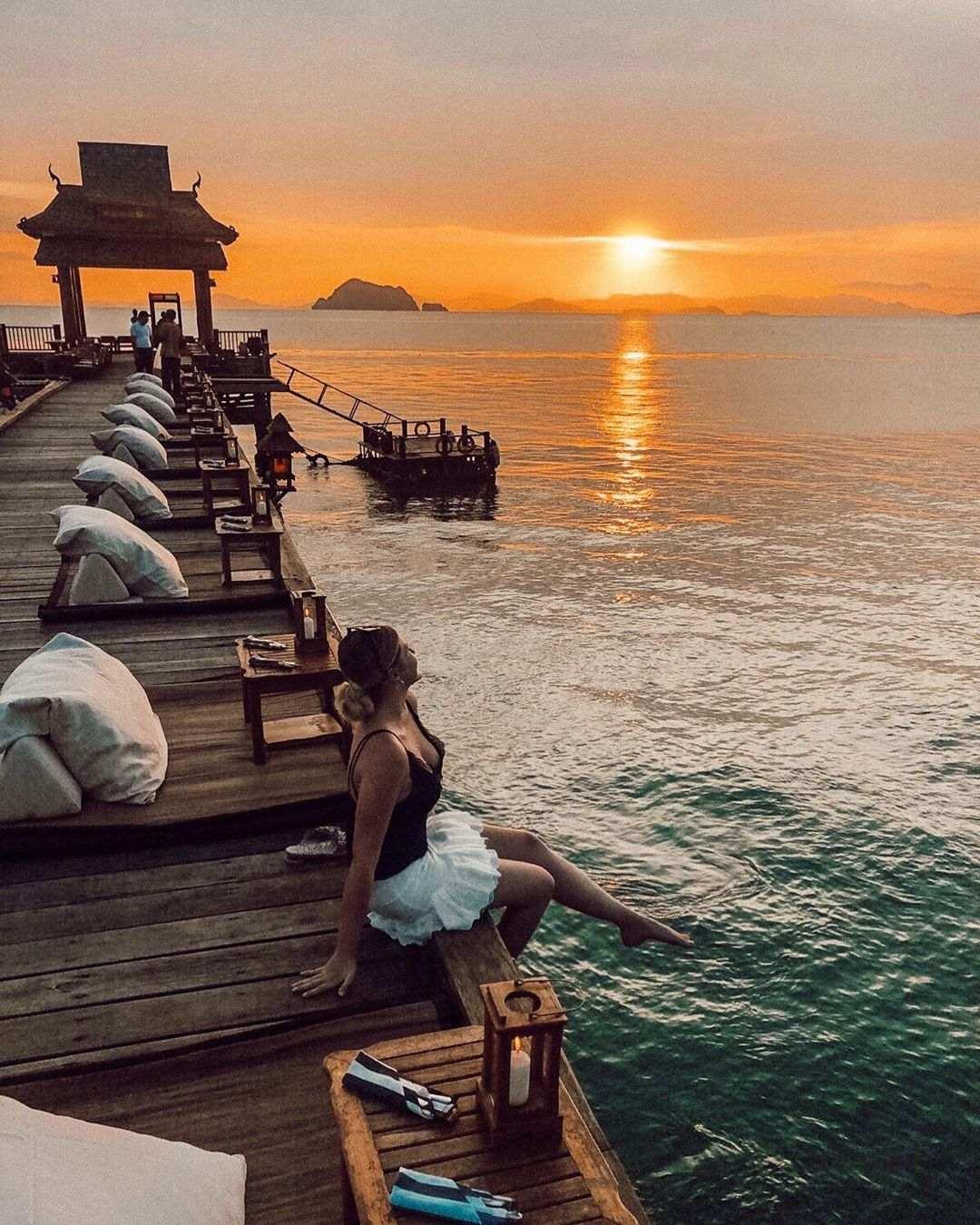 Meisje die zit op de Jetinn Teppan Pier op Koh Yao Yai