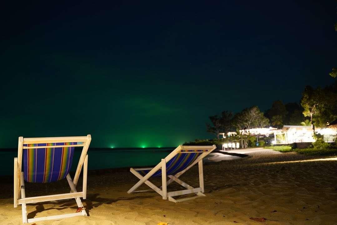 Vissersboten met hun groene licht aan in de verte gezien vanaf Koh Yao Yai