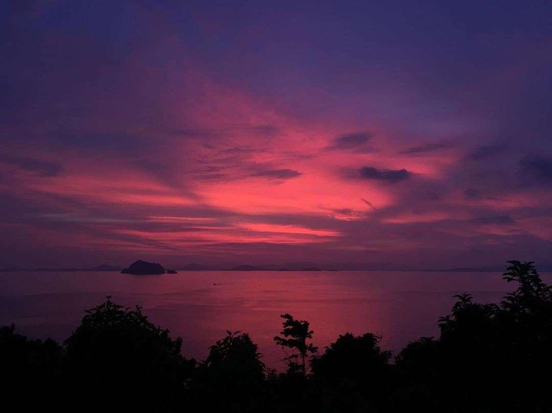 Roze en paarse lucht gezien vanaf Koh Yao Yai