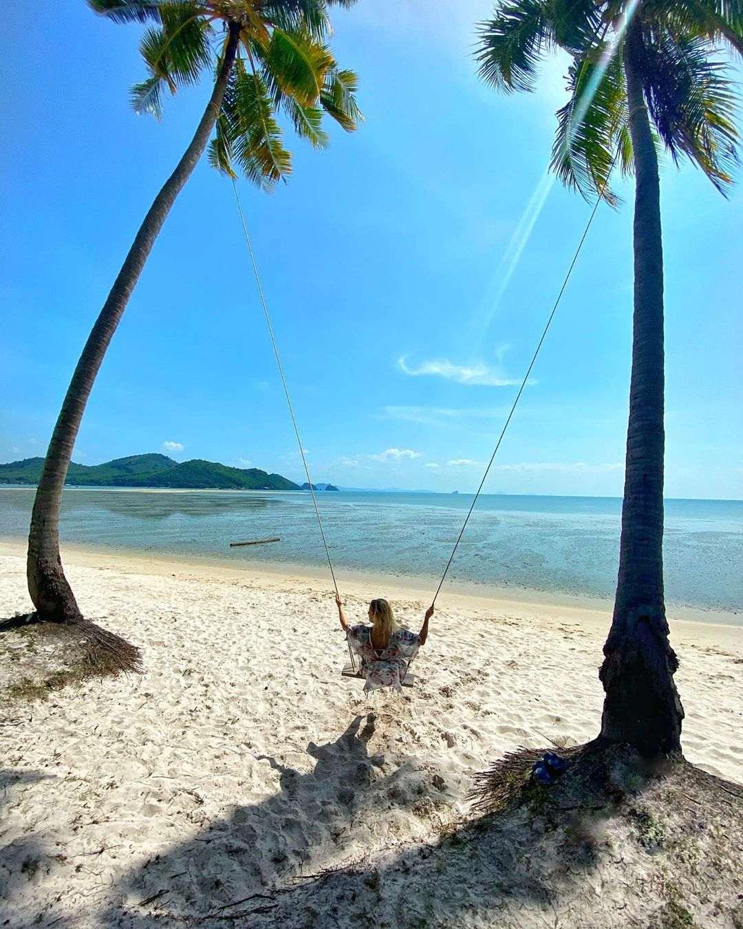 Meisje aan het schommelen op Laem Had Beach op Koh Yao Yai